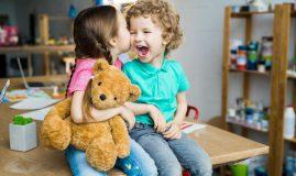 copii sarut frati
