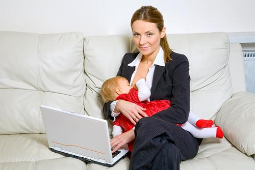 pauze de alăptare mamă alăptând