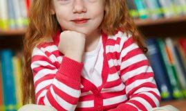 copii la bibliotecă fetiță