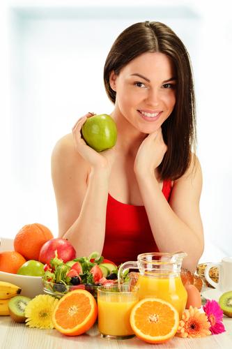 pielea uscată femeie cu un măr