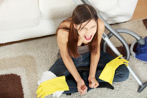 curățenia femeie pe covor
