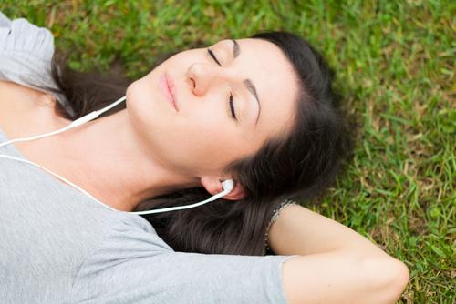 Muzica de meditație femeie întinsă în iarbă