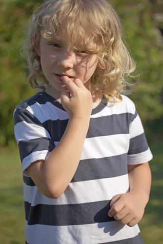 unghii cu probleme băiat care își roade unghiile