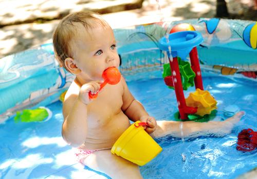 zile caniculare bebeluș în piscină