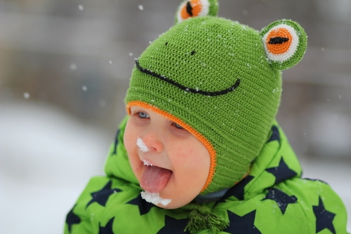 joaca în zăpadă bebeluș care manaca zapadă
