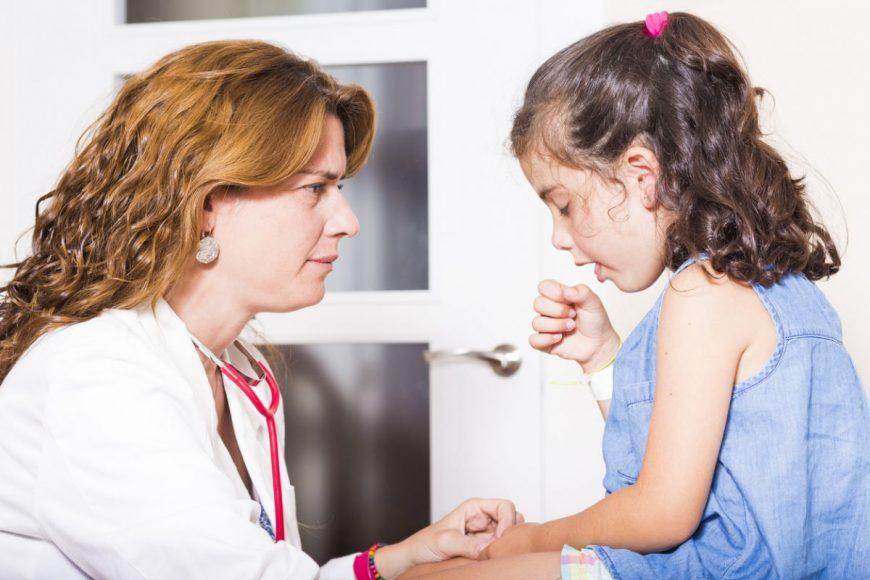 medic si copil care tuseste