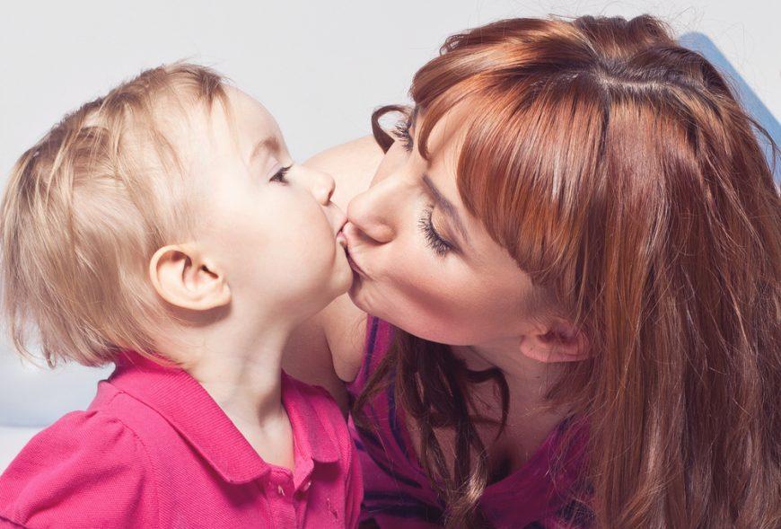 pupatul copiilor pe gură mama copil