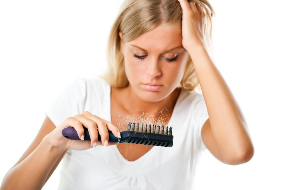 remedii împotriva căderii părului femeie cu perie