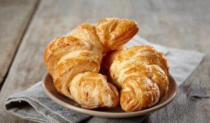 croissant cu unt pe farfurie
