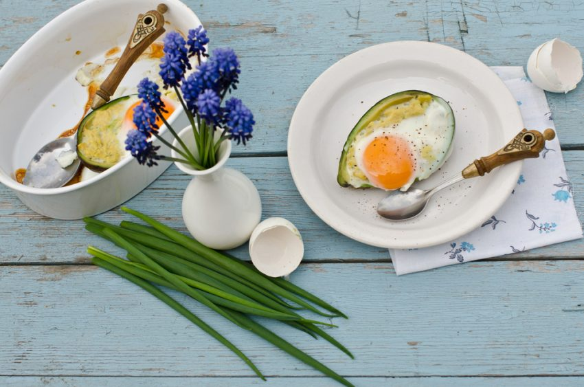 ouă coapte în avocado pe farfurie
