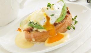 Ouă cu somon și avocado