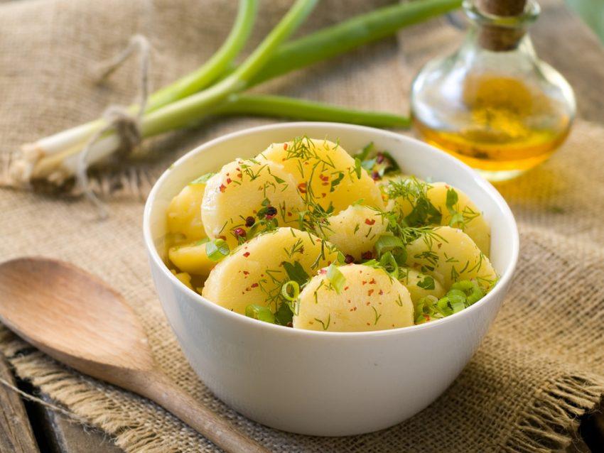 Salată de cartofi noi cu dressing
