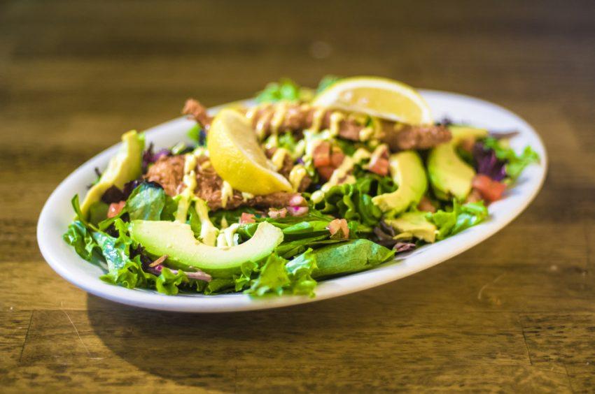 Salată caldă de pui și avocado