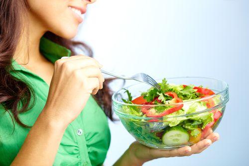 dieta în timpul alăptării femeie care mănâncă o salată