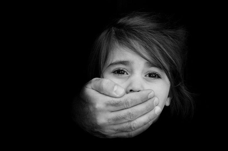 fetita abuzata de un adult