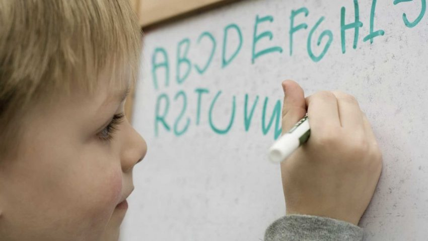de ce scriu copiii invers totul despre mame