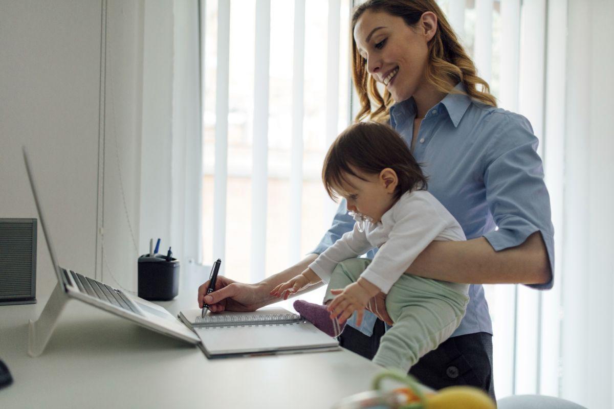 mamă și lucrează de acasă tranzacționarea roboților la bursă