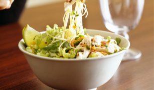 Salată de pui cu noodles