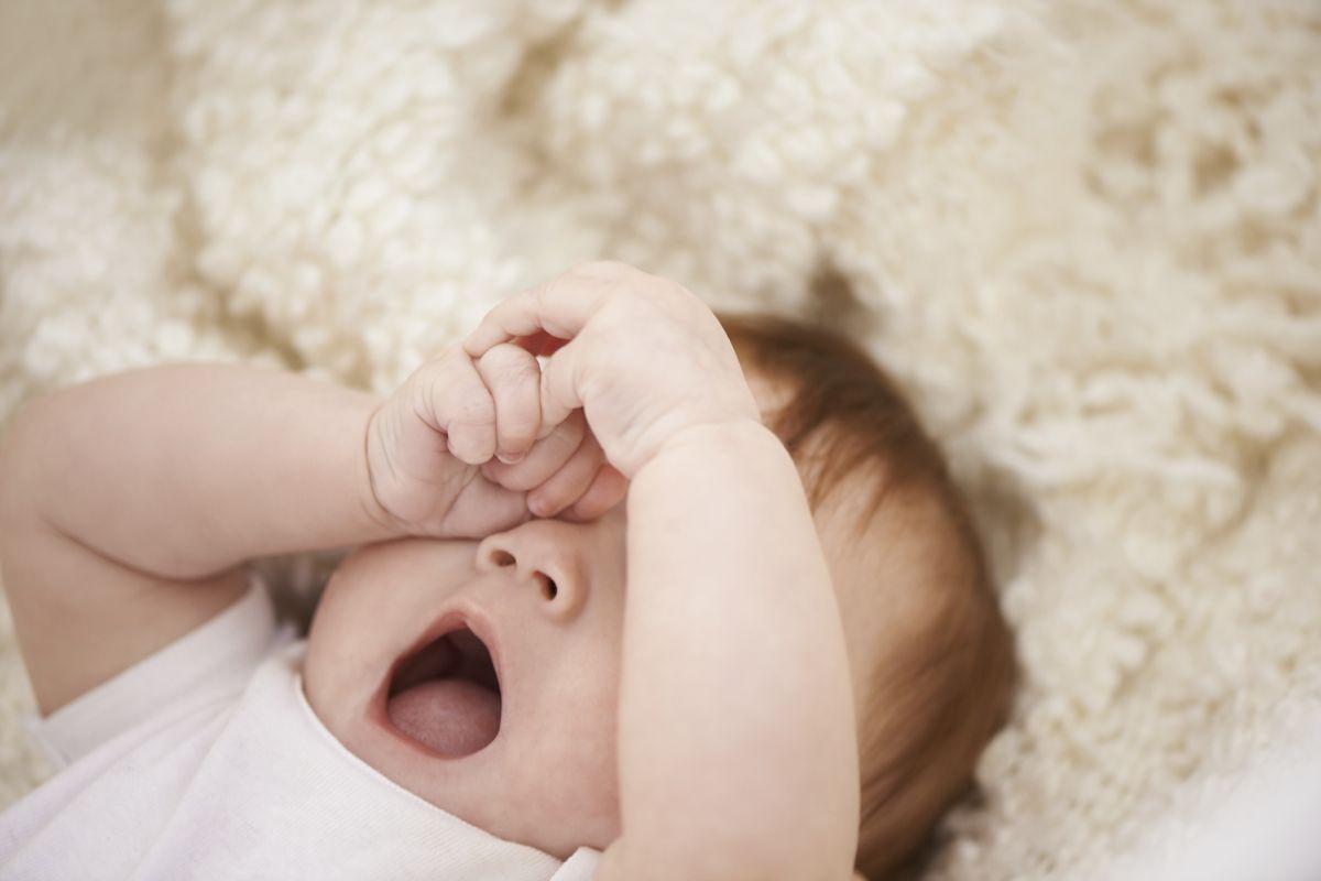 Semne că bebelușul e obosit
