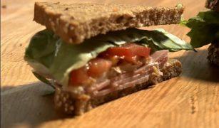 Sandvici cu salată, ou și șuncă