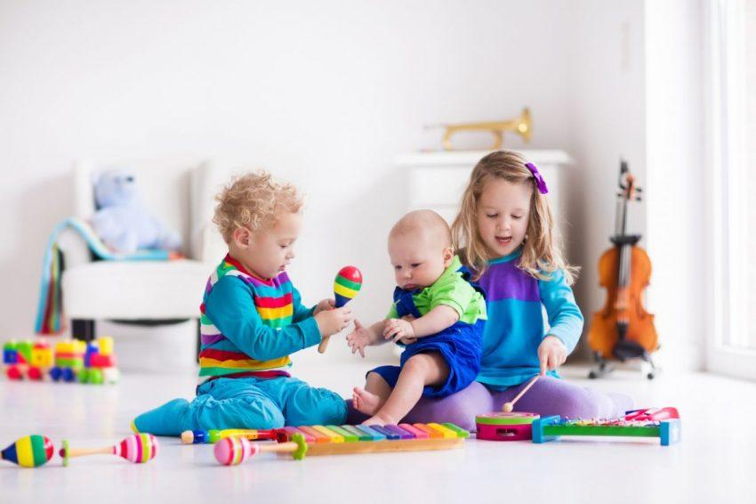 activități pe care frații mai mari le pot face cu bebelușii