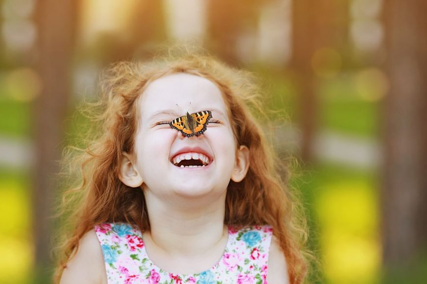 copil fluture joaca