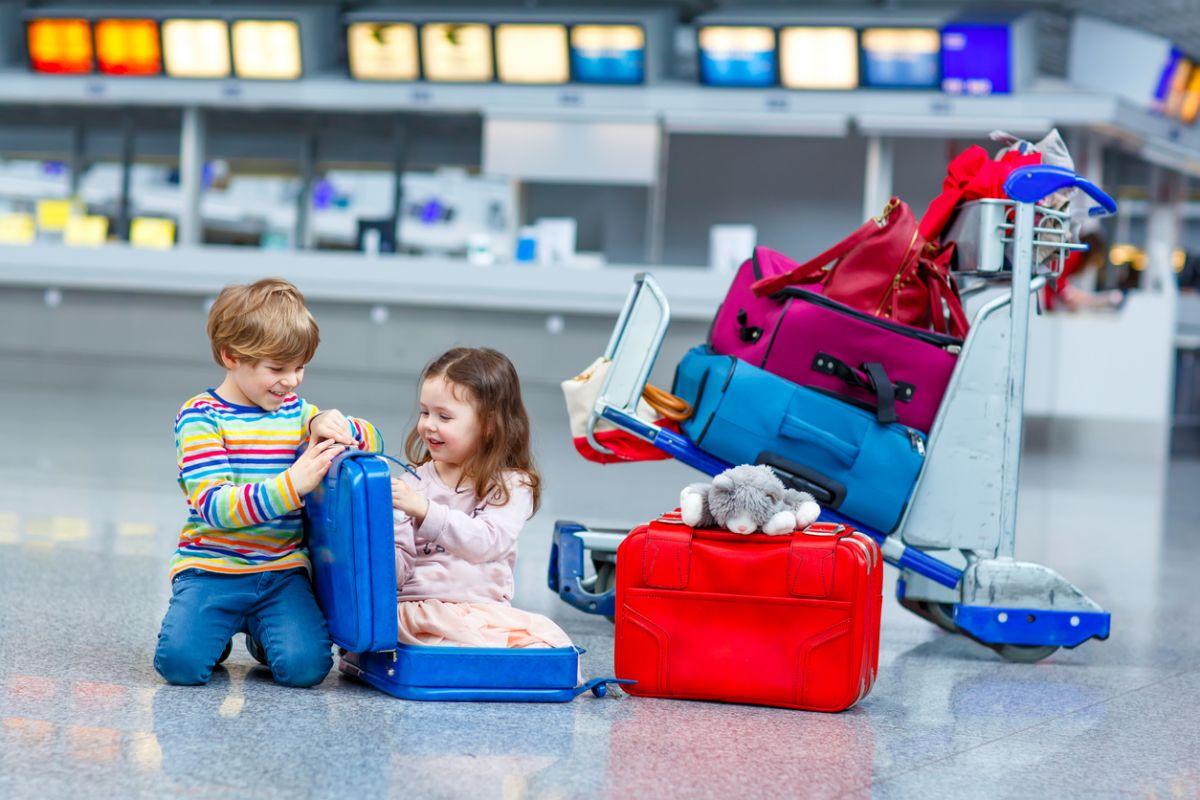 ce să iei în avion când călătorești cu bebe