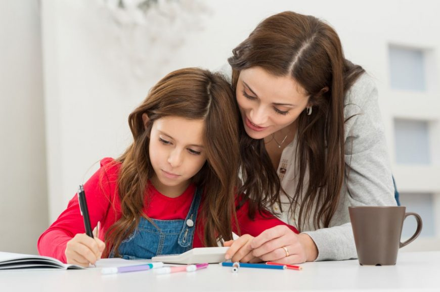 să-ţi ajuţi copilul la teme