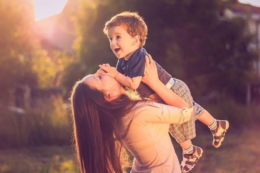 mama imbratiseaza copilul