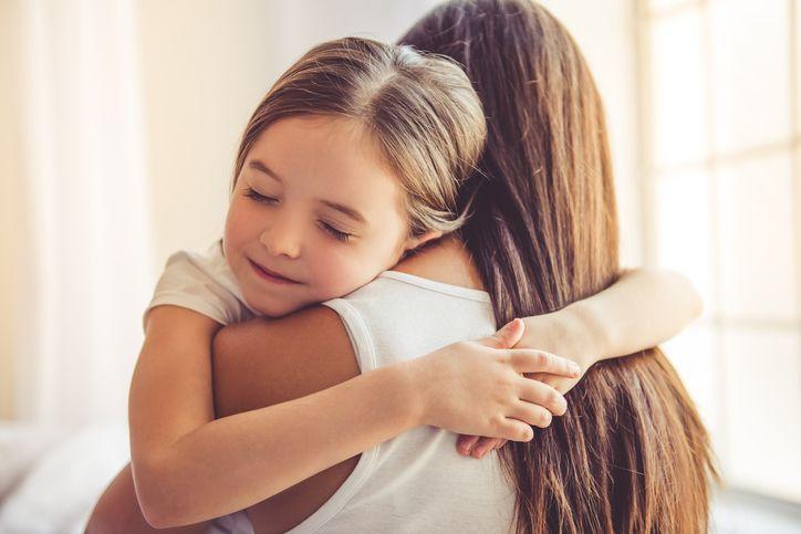 mama si fiica imbratisare