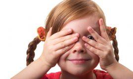 copil care trage cu ochiul