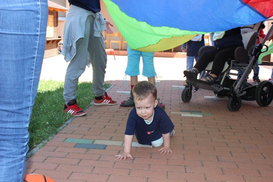 copil cu autism la joaca