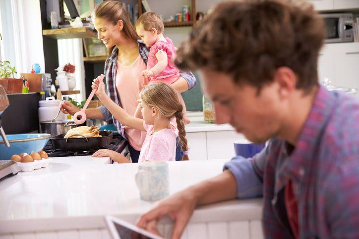 mama, tata si copii in bucatarie