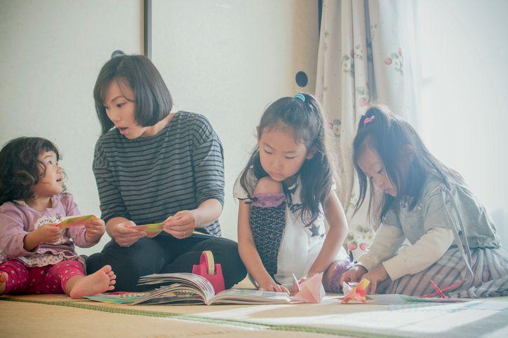 copii jucaandu-se cu mama in japonia