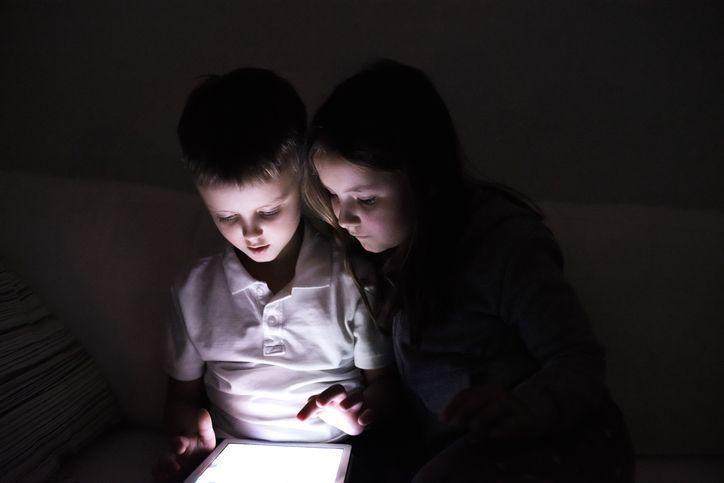 copii care sgtau pe tableta noaptea