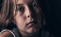 copil trist abuzat