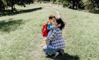 mama si copil imbratisare