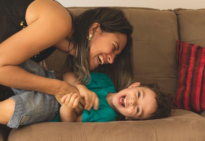 mamă care se joaca cu copilul ei