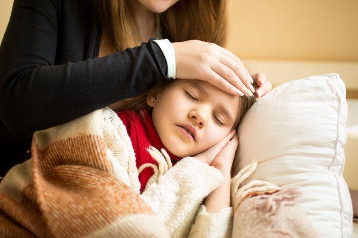copil cu febra mama