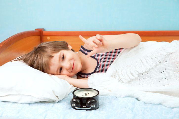 copil care se pregateste de somn