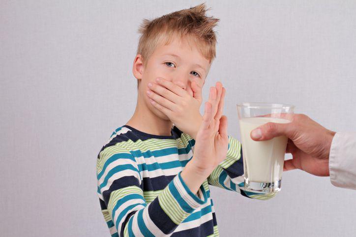 copil care refuza laptele