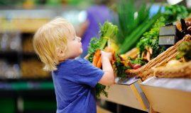 copil cu legume in brate
