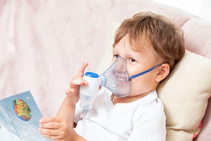 copil la aparatul cu aerosoli