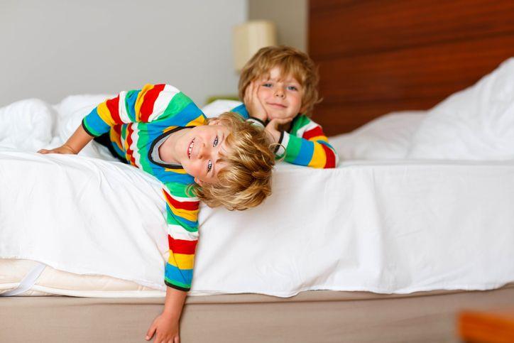 copii in pat somn