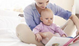 mama care ii citeste unui copil