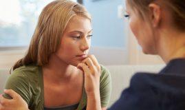 femeie la psiholog
