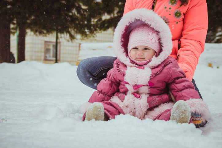 copil afara iarna