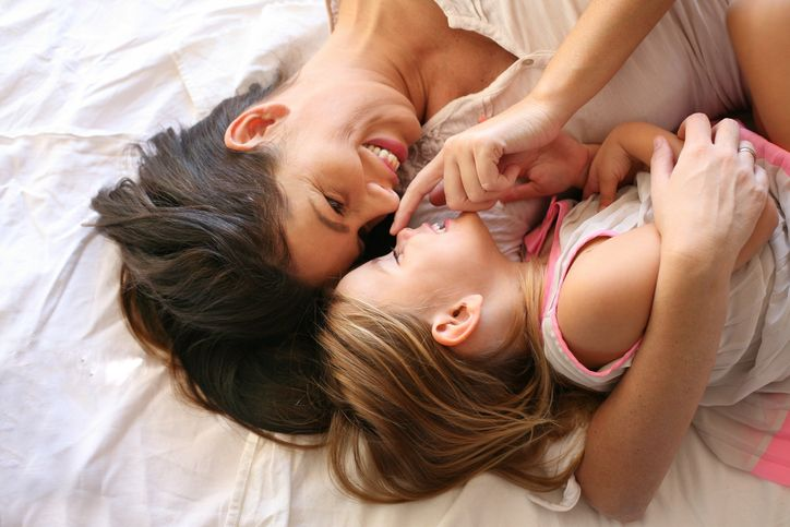 mama si fetita imbratisate