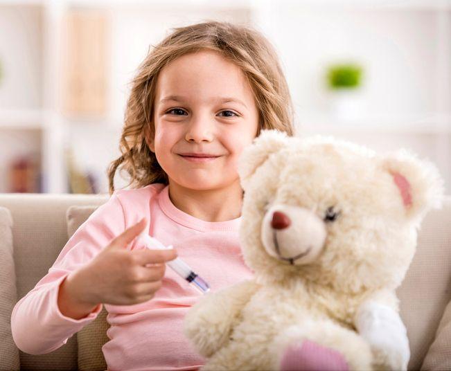 copil care vaccineaza un ursulet