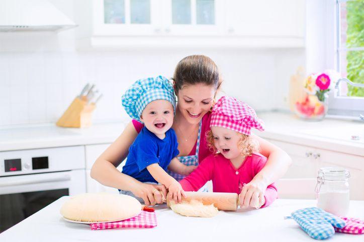 mama cu copiii in bucatarie